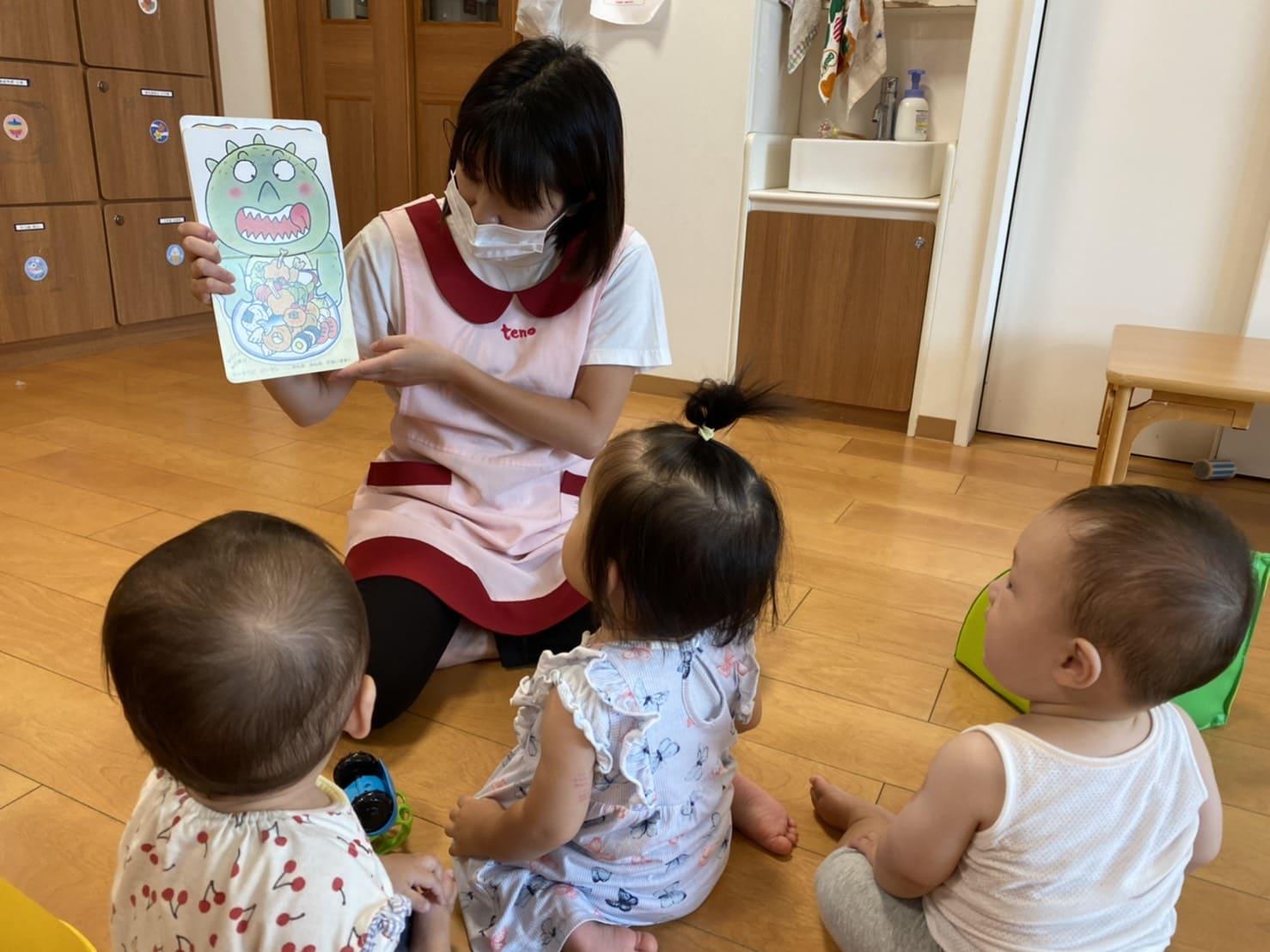 米崎先生が絵本を読むと、子ども達は釘付けですイメージ